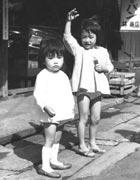 妹と一緒(3才)。 近所のお菓子屋にて (右側が井形さん)