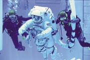 きぼう EVA手順開発試験 (OPS No3) (提供 宇宙航空研究開発機構(JAXA))