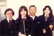 高校の卒業式 (左端が柴田さん)
