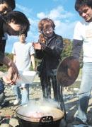 東北大学の学生たちと 芋煮会を楽しむ