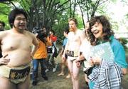全国公立大学対抗相撲大会で 相撲部員と談笑