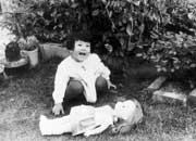 2歳のころ。自宅の庭にて、当時お気に入りの人形と