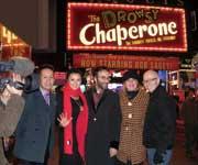 2007年12月「ドロウジー・シャペロン」上演中のブロードウエー・マリオットマーキーズ劇場の前で宮本亜門さんたち