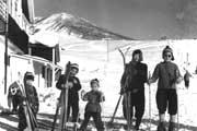 小学校高学年のころ。冬は家族でスキーに(1番右が今井さん)