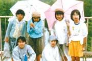 小学6年生の遠足にて(上1番右が辛酸さん)