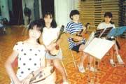 中学1年生のとき マンドリンクラブの練習風景(1番左が辛酸さん)