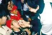 細川さんの手によりポリオワクチンを接種
