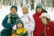 2008年スペシャルオリンピックス 日本冬季ナショナルゲーム・山形での体験プログラム参加者たちと  写真提供:スペシャルオリンピックス日本