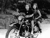 11歳 妹と一緒に。左が鳳蘭さん