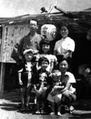 下町の夏祭り。母の店の前で (下段左が6歳頃の松井さん)