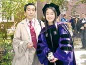 大学院の卒業式にて、父親と