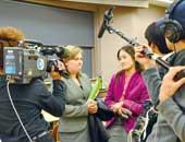 2010年4月ロシアの人権活動家を招いたシンポジウムで取材を受ける明治大学にて