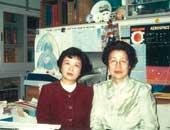 科学者猿橋勝子氏と。猿橋氏は「女性科学者に明るい未来をの会」を設立。この会は毎年自然科学の分野で顕著な研究業績をあげた女性科学者に「猿橋賞」を贈呈している。44歳