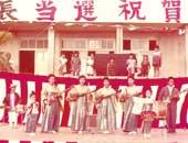 小学2年生、糸満町長当選祝賀会のステージ(写真右から2番目)