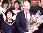 高校1年生のとき。生徒代表として、学校に見学に来られた先生に花束を贈呈したときの写真