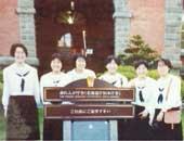 高校2年生のとき。修学旅行で北海道へ(左から3人目が中野さん)