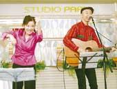 NHKスタジオパーク内にあるイベントスペースで、シンガーソングライターの新沢としひこさんと歌っています。テーマは「手話で歌おう・手話で遊ぼう」