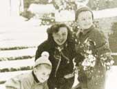 3歳のころ。弟のチャールズ(2歳)とフランス人の乳母、ディンディンと一緒に雪遊び(右が本人)