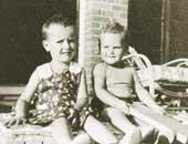 3歳のころ。夏の午後、弟チャールズ(2歳)と一緒にひなたぼっこ(左が本人)