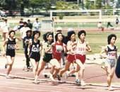 高校3年生のころの800メートル走。右から6番目が本人
