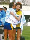 2009年名古屋国際女子マラソンにて。かつてのライバル、シモン選手との抱擁