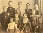 戦前は東京の本郷曙町に両親と兄、祖父母と住んでいた。6歳ごろ