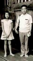 1972年、福井県の永平寺の法堂にて。父と