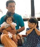 幼少期、父と妹と。右が本人