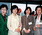 1996年、猿橋賞授賞式にて。左から大隅正子さん、本人、石田瑞穂さん(現会長)、猿橋勝子さん