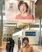 ロレアル-ユネスコ女性科学賞受賞ポスター。パリ=シャルル・ド・ゴール空港にて