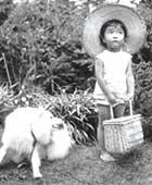 3歳のころ。親戚が飼っていた犬、コロと