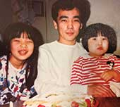 7歳のころ、お父さんと妹と。左が本人