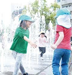 公園で水遊びを楽しむ子どもたち