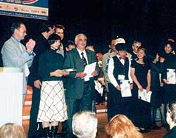 「ワールド・ハーモニカ・フェスティバル2001」表彰式。左から2人目が本人