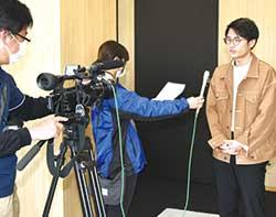 取材に応じる大学生記者
