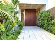 玄関アプローチ。植栽は世界トップクラスのガーデナーがプロデュース