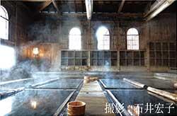 足元から自然湧出する硫酸塩泉の温泉がある、法師温泉 長寿館(群馬県みなかみ町)
